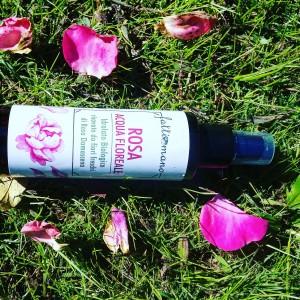 Acqua floreale di rosa damascena