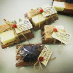 confezioni di saponi con portasapone in legno naturale stile bancalino