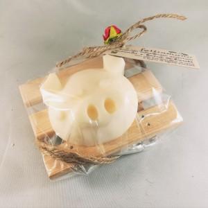 confezione regalo sapone maialoso su portasapone in legno di ulivo