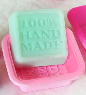 stampo quadrato per sapone in silicone con la scritta hand made